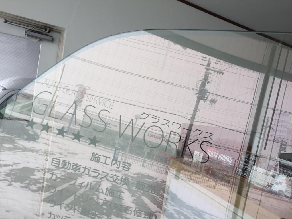 ハイエースのソーラーインパクトフロントドアガラスが遂に届きました。